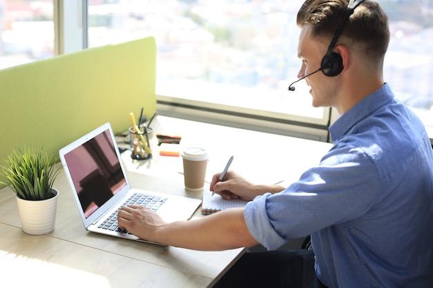 Biznesmen mówić rozmawiać na rozmowie wideo z kolegami na odprawie online podczas samoizolacji i kwarantanny. epidemia grypy i covid-19.