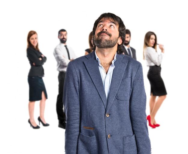 Biznesmen my? li nad pojedyncze bia? ym tle