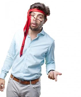 Biznesmen na późnym przyjęciu z krawatem na głowie