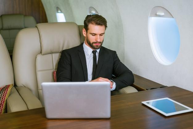 Biznesmen na prywatny odrzutowiec