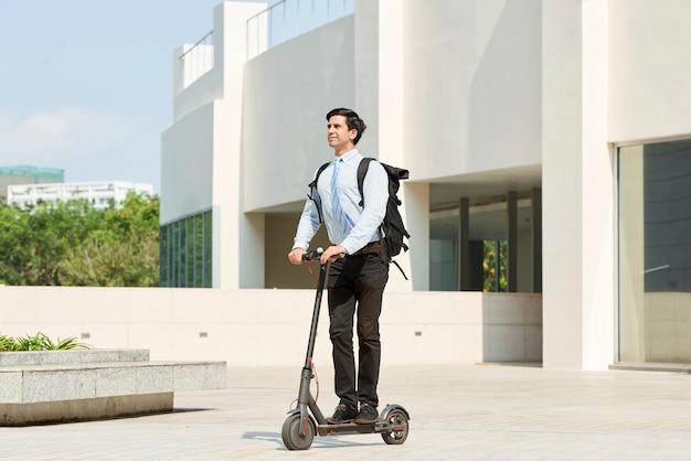 Biznesmen na skuterze w mieście