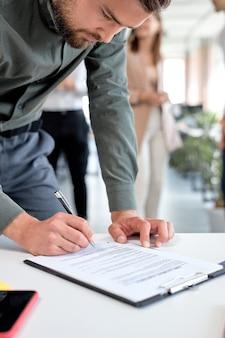 Biznesmen na spotkaniu biznesowym po udanych negocjacjach gotowy do podpisania umowy