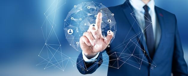 Biznesmen naciskając nowoczesne przyciski społecznościowe na wirtualnym
