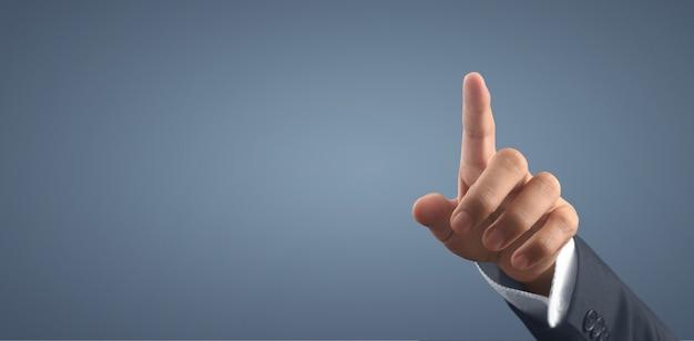 Biznesmen naciskając przycisk wirtualny ekran. ręka wskazująca futurystyczny interfejs
