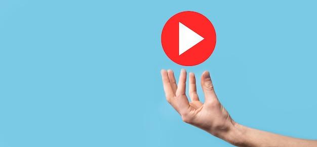Biznesmen naciśnięcie, przytrzymaj przycisk odtwarzania znak, aby rozpocząć lub zainicjować projekty. prezentacja odtwarzania wideo. pomysł na biznes, przycisk odtwarzacza technology.media. ikona odtwarzania.idź.
