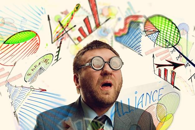 Biznesmen nerd wśród wykresów biznesowych
