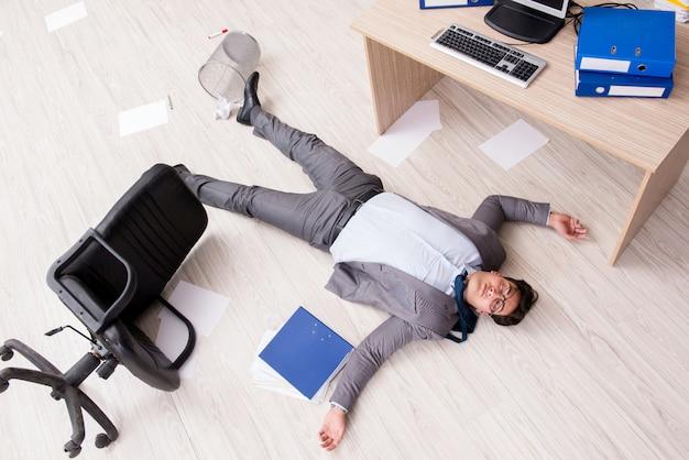 Biznesmen nie żyje na podłodze w biurze
