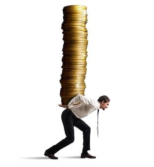Biznesmen niesie na plecach stos monet