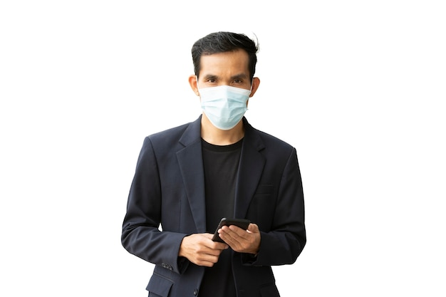 Biznesmen nosi maskę na białym tle, maskę medyczną mężczyzny