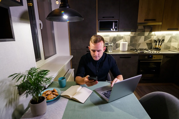 Biznesmen nowy projekt online, patrząc na laptopa w miejscu pracy, profesjonalista zastanawia się nad rozwiązaniem, siedzi przy biurku z komputerem, student szuka nowych pomysłów, pracuje w domu, poddaje się kwarantannie