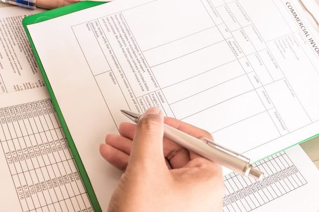 Biznesmen obliczyć rachunki, jego miejsce pracy dla indywidualnego zwrotu podatku dochodowego