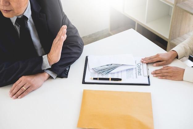 Biznesmen odmawia lub odrzuca pieniądze