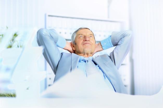 Biznesmen odpoczywa na przerwę. pojedynczo na białym tle.
