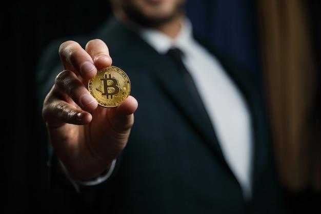 Biznesmen oferuje bitcoin - bit coin btc, czyli nowe wirtualne pieniądze