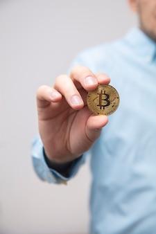 Biznesmen oferuje bitcoiny w ręku