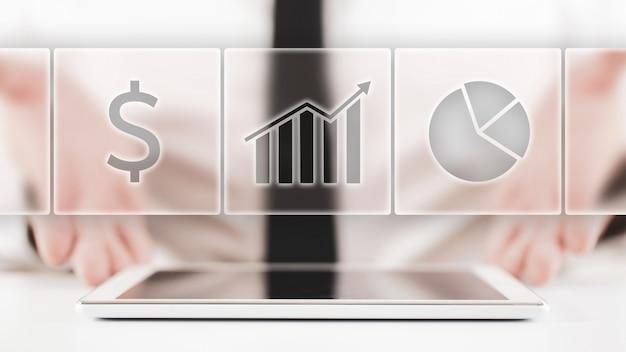 Biznesmen oferuje sprawozdanie finansowe w koncepcyjnym obrazie