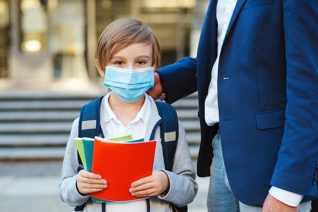 Biznesmen, ojciec i syn idą do szkoły.