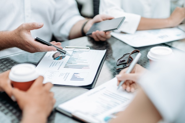 Biznesmen omawia dokumenty finansowe ze swoim kolegą c