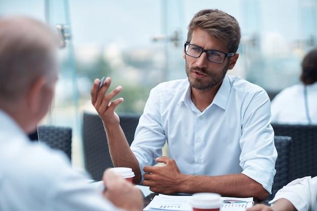 Biznesmen omawiający punkty nowej umowy