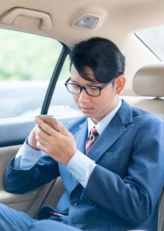 Biznesmen opowiada na telefonie w samochodzie