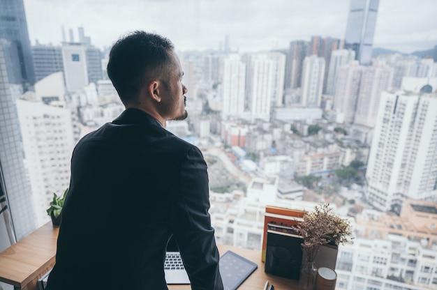 Biznesmen osoba pracująca w domu z komputera przenośnego w technologii cyberprzestrzeni online