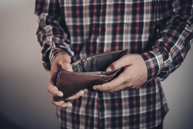 Biznesmen oszczędzania pieniędzy