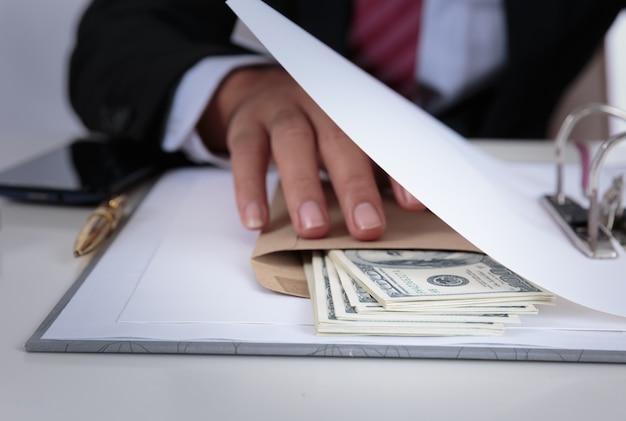 Biznesmen otrzymać pieniądze w kopercie oferowane w pliku - anty przekupstwa i koncepcji korupcji
