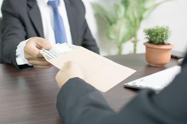 Biznesmen otrzymania pieniędzy, przekupstwa i korupcji pojęć