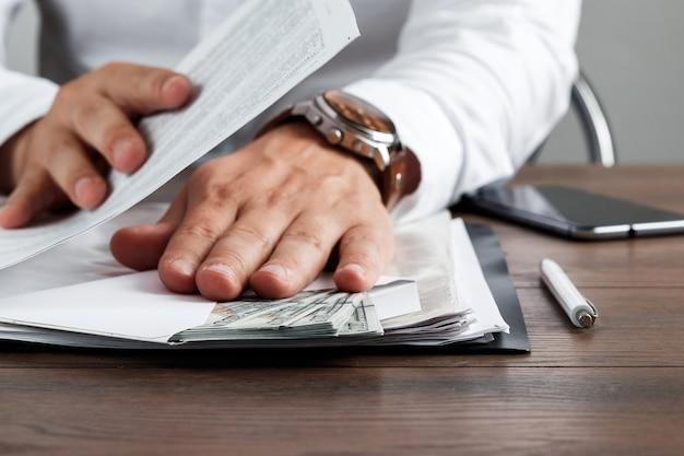 Biznesmen otrzymuje amerykańskie dolory w kopercie
