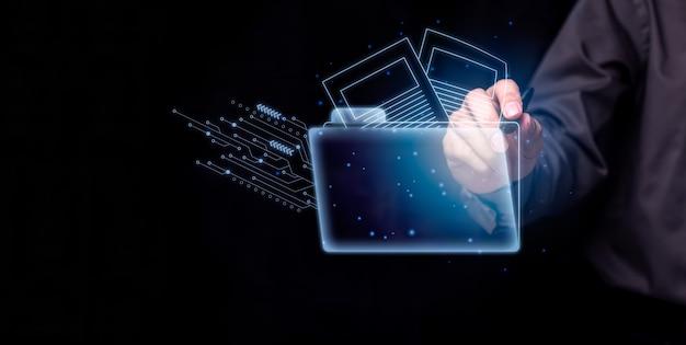 Biznesmen otwiera i wyszukuje pliki danych cyfrowych.