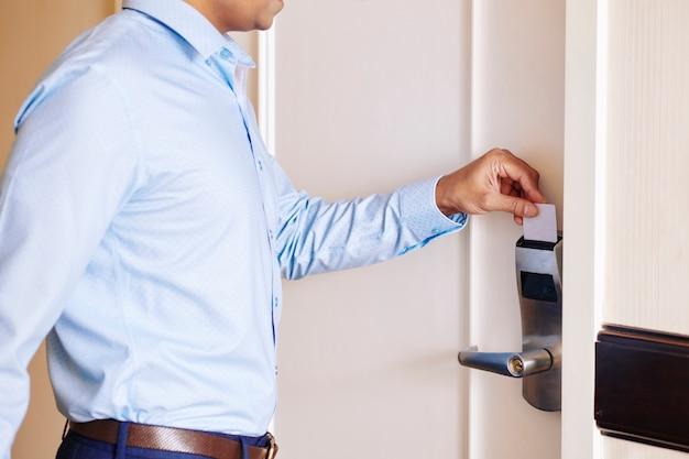 Biznesmen otwierając pokój hotelowy