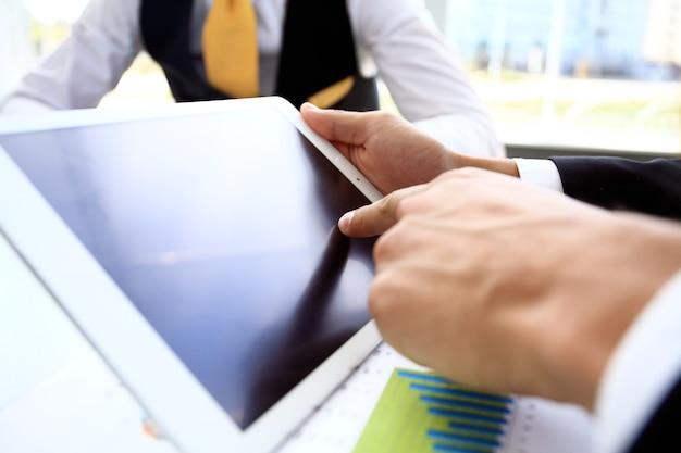 Biznesmen Palcem Wskazującym Na Ekran Komputera Typu Tablet Premium Zdjęcia