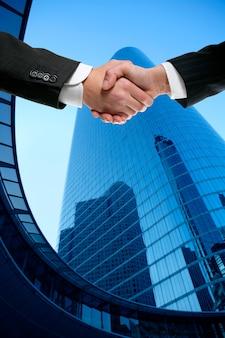 Biznesmen partnerów drżenie rąk w garniturze