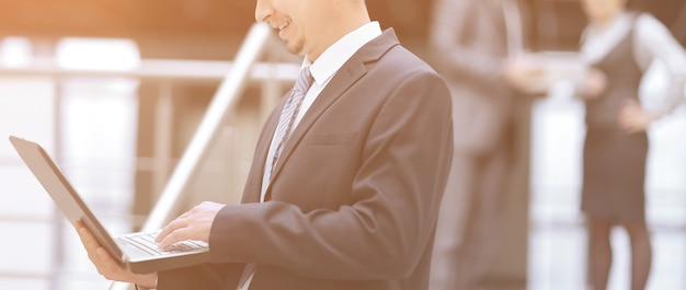 Biznesmen patrząc na ekran laptopa. ludzie i technologia