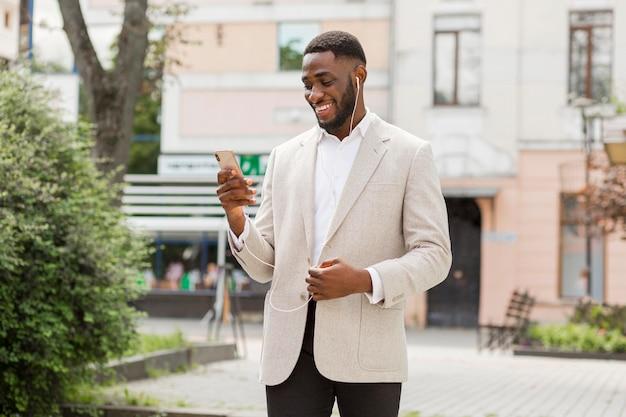 Biznesmen patrząc na smartfona