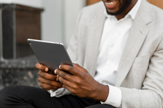 Biznesmen patrząc na tablecie