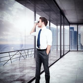 Biznesmen patrząc przez lornetkę z jego biura