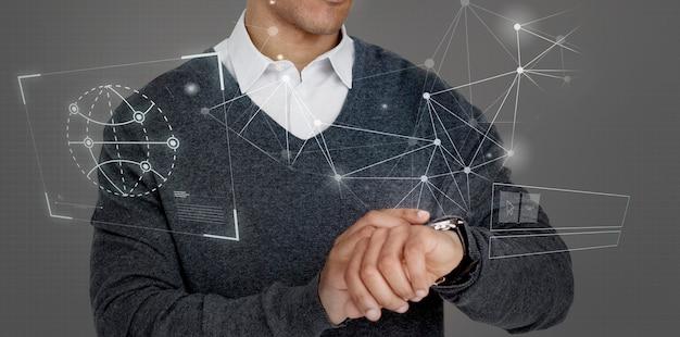 Biznesmen patrzący na swój futurystyczny zegarek