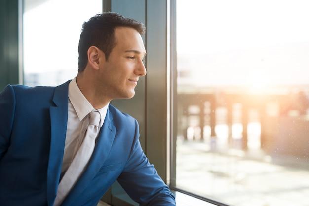 Biznesmen patrzeje przez okno