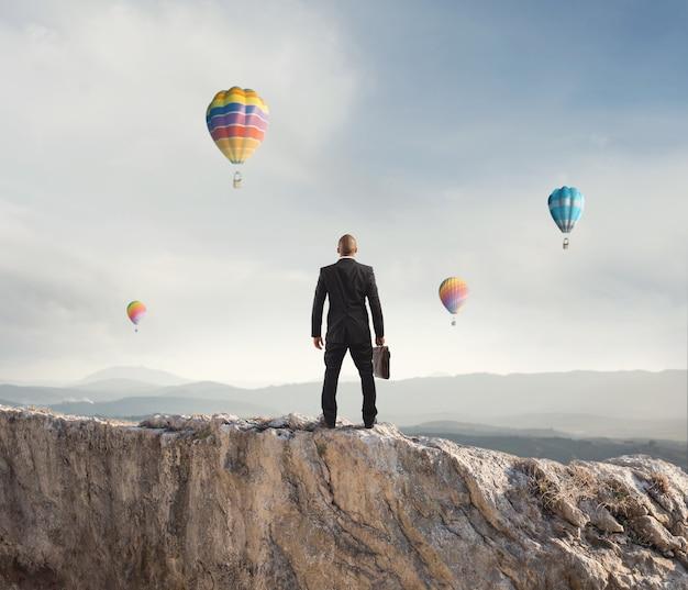 Biznesmen patrzy daleko w przyszłość biznesu górskiego