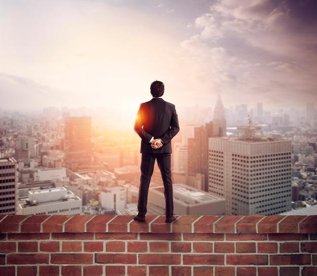 Biznesmen patrzy w przyszłość w poszukiwaniu nowych możliwości biznesowych