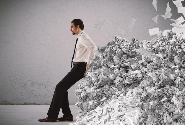 Biznesmen Pchanie Ze Zmęczeniem Wielki Stos Papierkowej Roboty Premium Zdjęcia