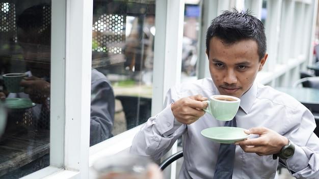 Biznesmen picia kawy