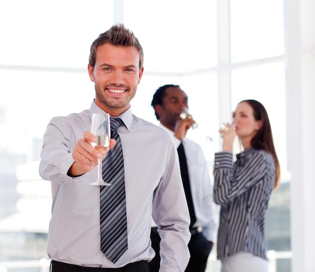 Biznesmen pije szampana i świętuje sukces
