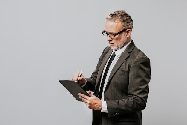 Biznesmen pisania na czarnym notatniku