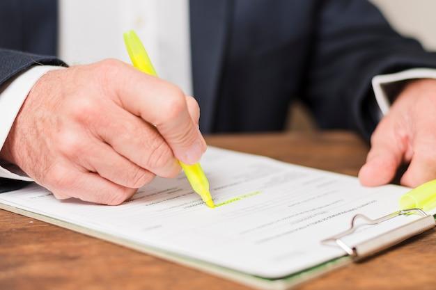 Biznesmen pisania na dokumentach