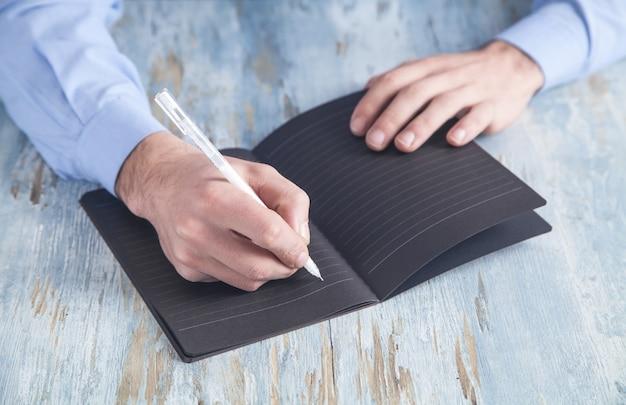Biznesmen pisania na notatniku w biurku biznesu.