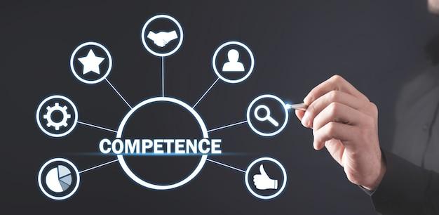 Biznesmen pisze na ekranie. kompetencja. biznes. internet. technologia