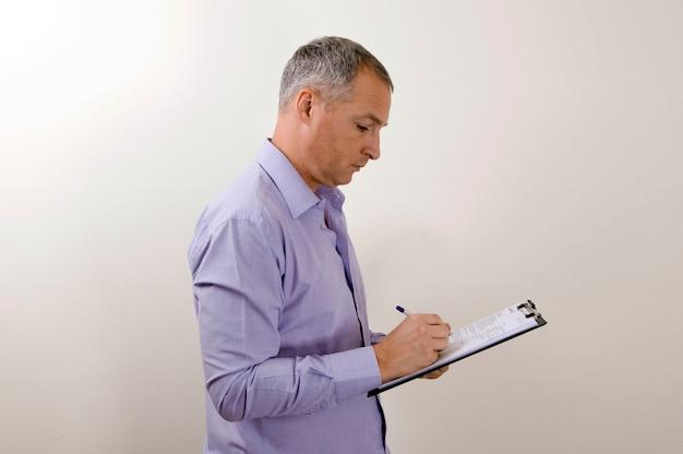 Biznesmen pisze notatki