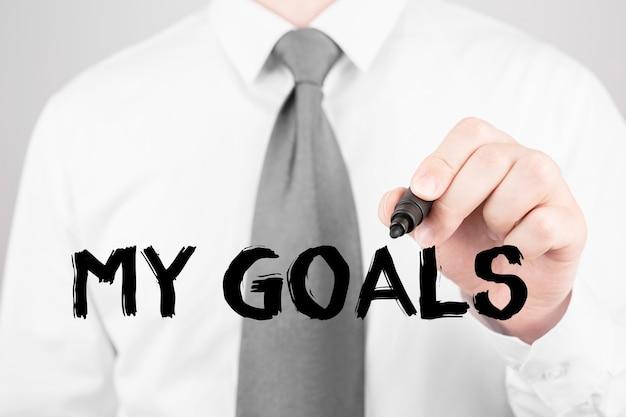 Biznesmen pisze słowo moje cele z markerem, koncepcja biznesowa